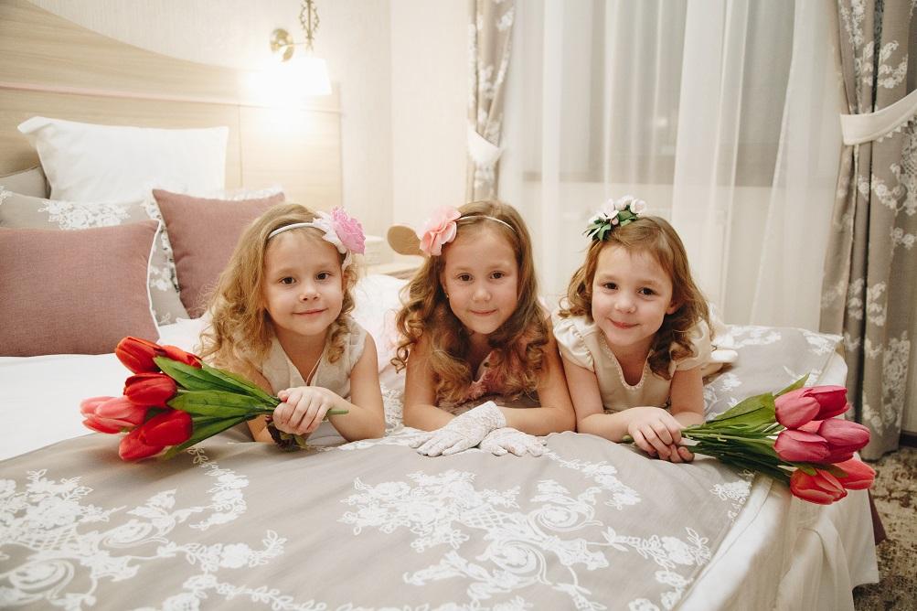 девочки с тюльпанами